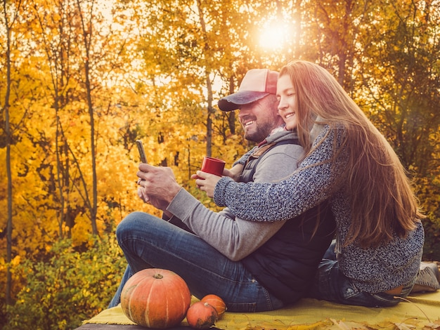 Bel homme et élégant femme tenant un téléphone