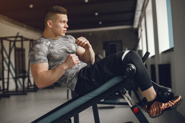 Un bel homme est engagé dans une salle de sport