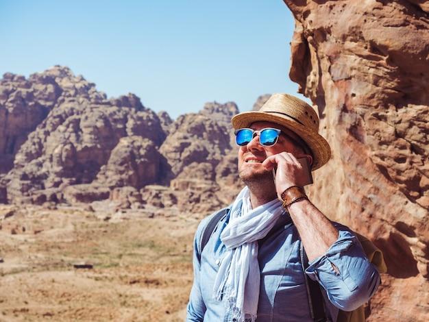 Bel homme, explorant les sites de petra