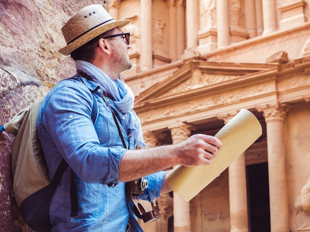 Bel homme, explorant les sites de petra