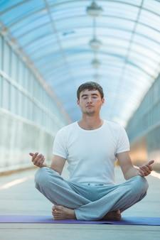 Bel homme, faire du yoga