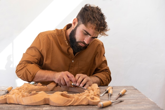 Bel homme gravure en bois à l'extérieur
