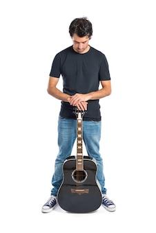 Bel homme à la guitare sur fond blanc