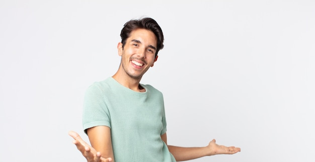Bel homme hispanique à l'air heureux, arrogant, fier et satisfait de lui-même, se sentant comme un numéro un