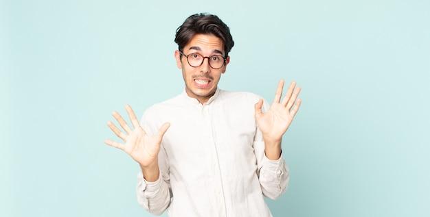 Bel homme hispanique à l'air nerveux, anxieux et inquiet, disant que ce n'est pas de ma faute ou que je ne l'ai pas fait