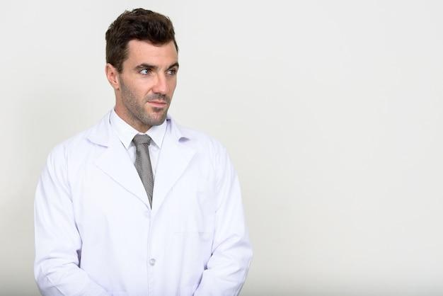 Bel homme hispanique médecin sur blanc