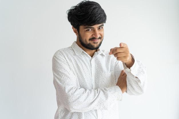 Un bel homme indien, confiant et positif, pointant vers vous et regardant la caméra.