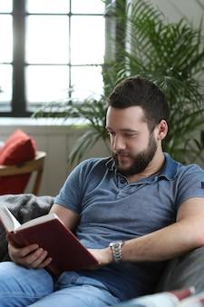 Bel homme lisant un livre dans l'entraîneur