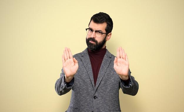 Bel homme avec des lunettes faisant arrêt geste et déçu