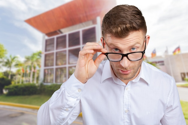 Bel homme, lunettes, projectile studio