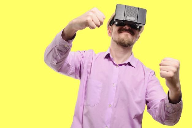 Bel homme avec des lunettes de réalité virtuelle dans une chemise lilas isolée