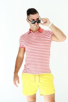 Bel homme avec des lunettes de soleil