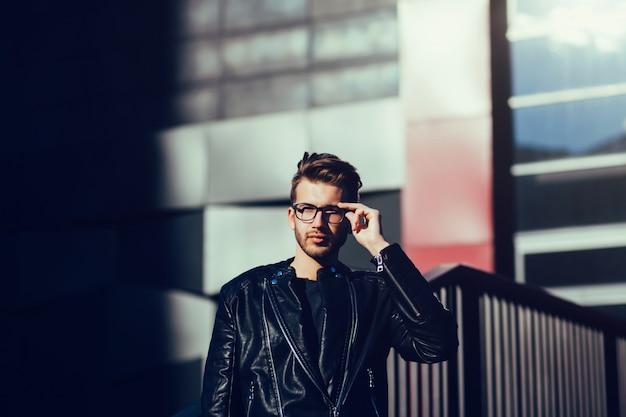 Bel homme à lunettes