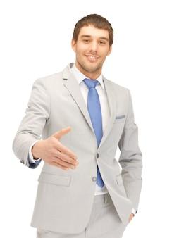 Bel homme avec une main ouverte prête pour la poignée de main