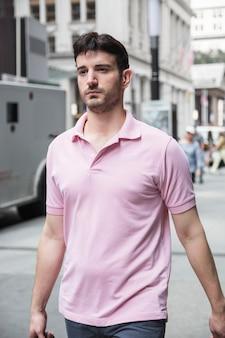 Bel homme marchant dans la rue