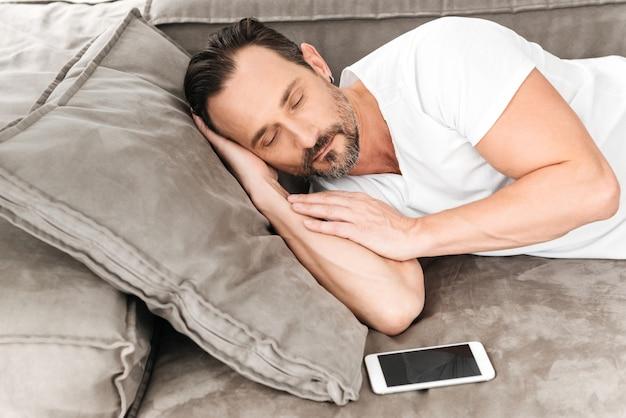 Bel homme mature endormi