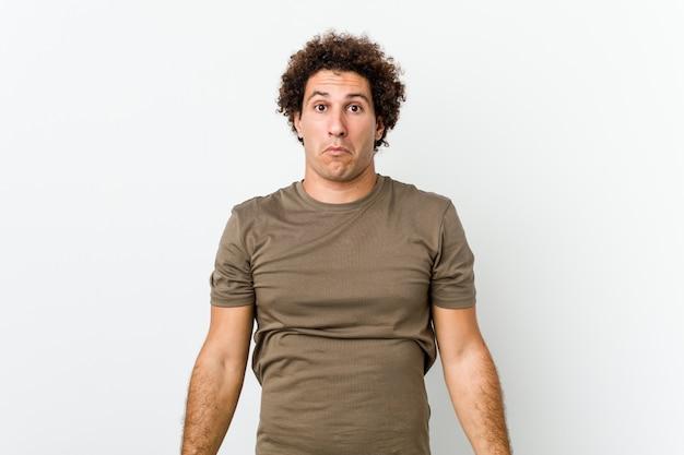 Bel homme mature hausse les épaules et les yeux ouverts confus.