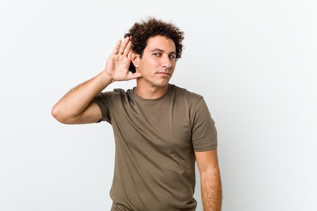 Bel homme mature isolé essayant d'écouter un potin.