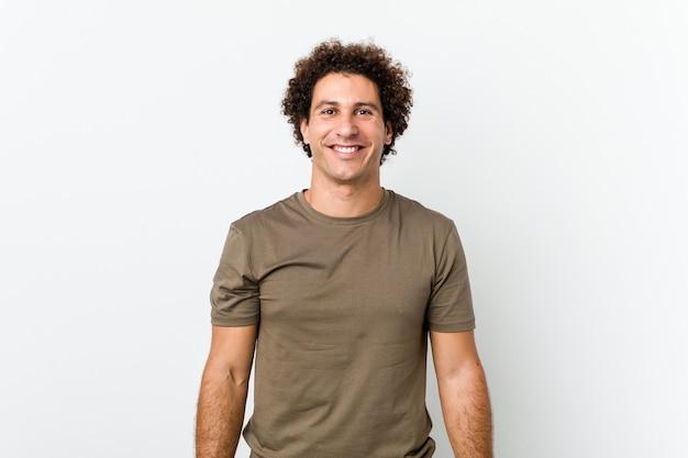 Bel homme mature isolé heureux, souriant et joyeux.