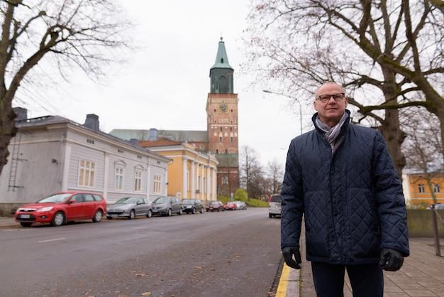 Bel homme mature profiter de la vie autour de la ville de turku, finlande