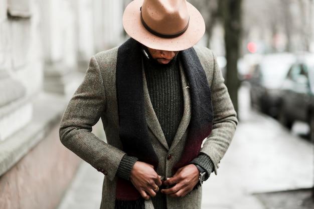 Bel homme mettant sa veste