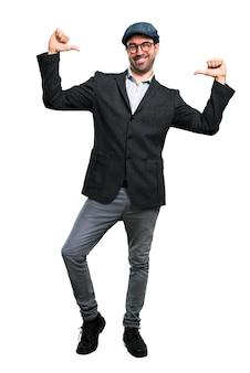 Bel homme moderne avec béret et lunettes fier et satisfait de soi