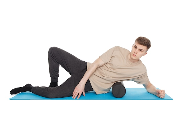 Bel homme montre des exercices