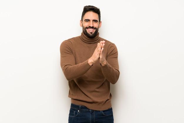 Bel homme sur mur blanc applaudissant après la présentation à une conférence