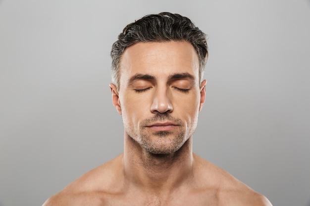 Bel homme mûr concentré. yeux fermés.