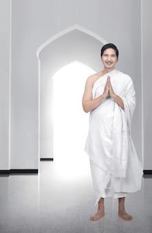 Bel homme musulman asiatique debout et priant