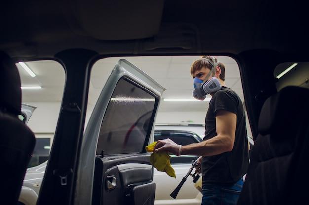 Bel homme, nettoyage, voiture, à, vapeur chaude