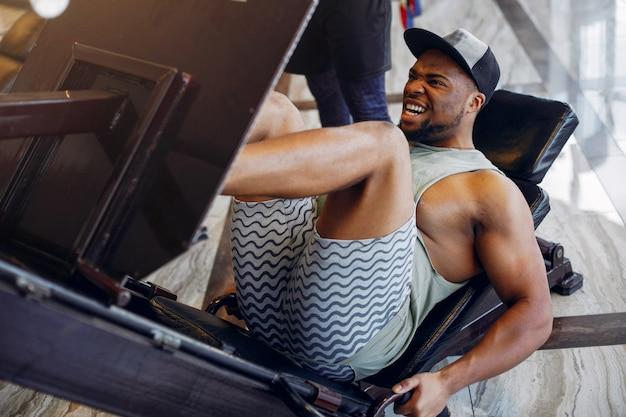 Un bel homme noir est engagé dans un gymnase
