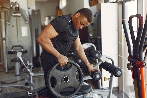 Un bel homme noir est engagé dans une salle de sport