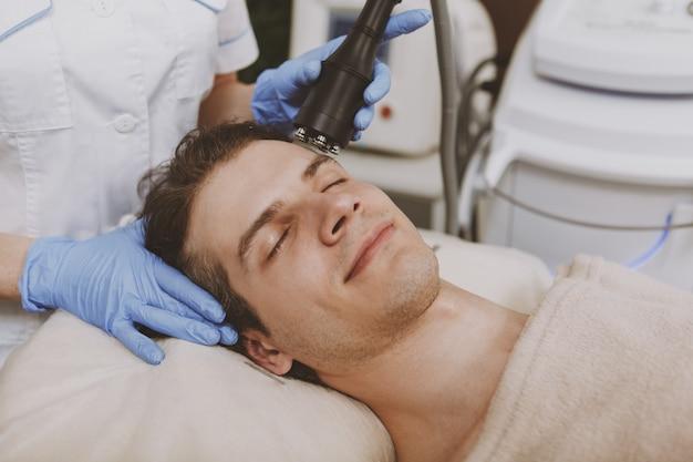 Bel homme obtenir un traitement de soin du visage