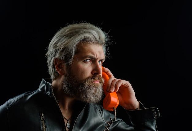 Bel homme parlant au combiné rétro homme barbu avec combiné téléphonique communication homme barbu