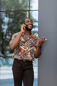 Bel homme parlant au téléphone à l'extérieur