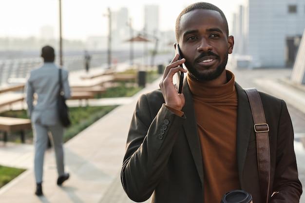 Bel homme parlant au téléphone