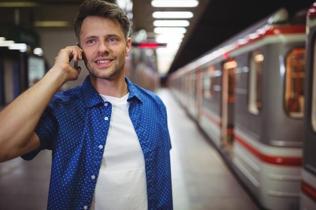 Bel homme, parler téléphone portable