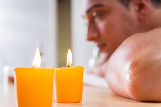 Bel homme pendant la séance de massage spa