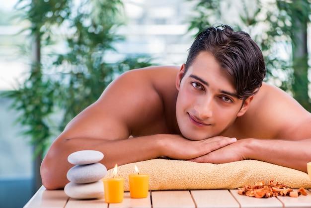 Bel homme pendant la séance de spa