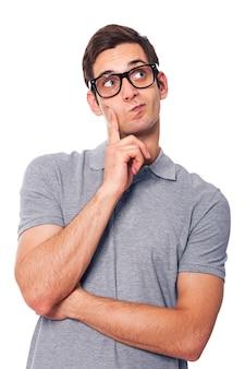 Bel homme pensant et regardant l'espace de copie