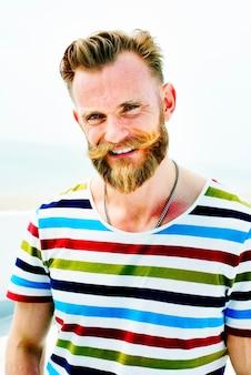Bel homme plage vacances style de vie portrait concept