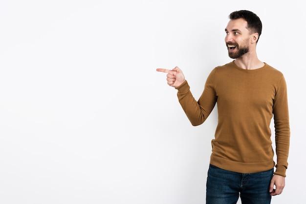 Bel homme pointant et posant surpris