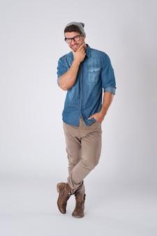 Bel homme portant des lunettes de mode et un chapeau de laine