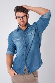 Bel homme portant des lunettes de mode