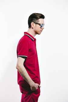 Bel homme portant des lunettes de soleil de style et des vêtements marsala