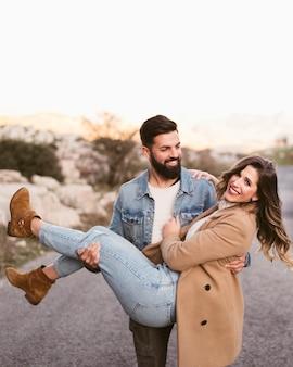Bel homme portant sa petite amie
