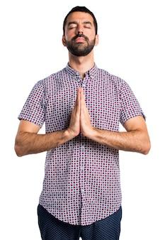 Bel homme en position zen