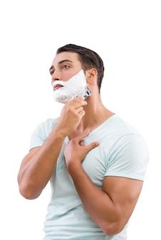 Bel homme rasage isolé sur blanc