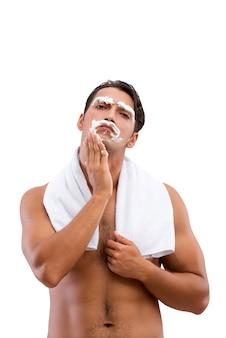 Bel homme rasage isolé sur fond blanc